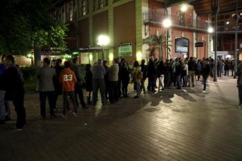 Un estol de gent espera per a assistir a un acte al CineCiutat, que en aquest any ha revifat el centre de l'Escorxador.