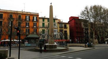 Què s'ha de fer amb el nom oficial de la plaça de les Tortugues que actualment és 'plaça rei Joan Carles I'?