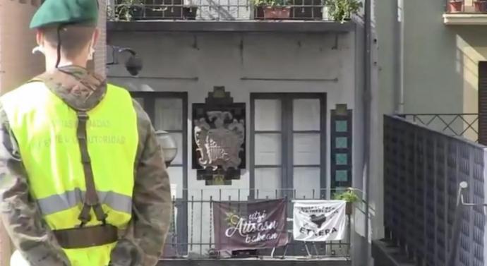 [VÍDEO] L'exèrcit desfila pel barri vell de Pamplona al ritme de l'himne espanyol i els veïns responen amb una cassolada