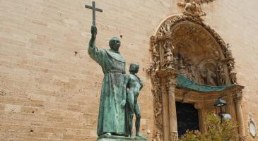 Què s'ha de fer amb l'estàtua de Juníper Serra i el jove californià, situada a la plaça Sant Francesc de Palma?