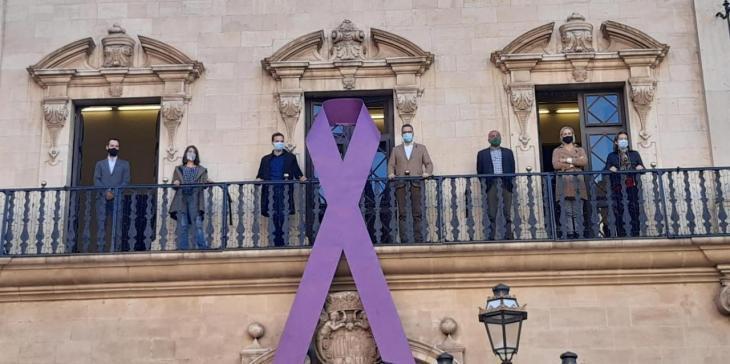 Cort llueix a la balconada un llaç per reivindicar l'eliminació de la violència masclista