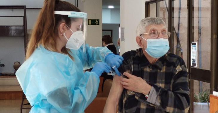 S'inicia la vaccinació de les persones de més de 80 anys a les Balears
