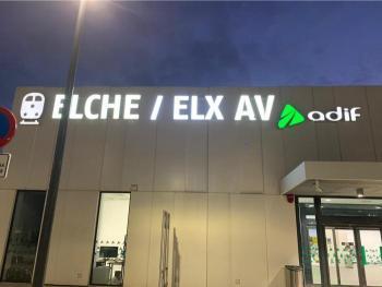 Adif rectifica i inclou el nom de la ciutat en català al rètol de la nova estació d'AVE d'Elx