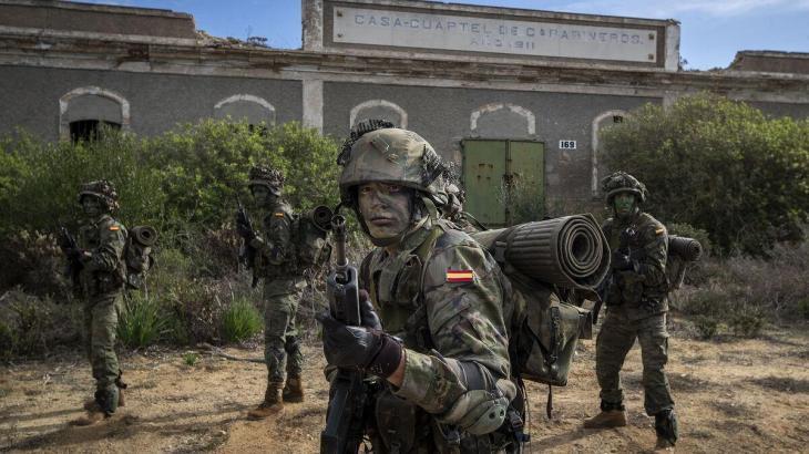 Condemnen a sis mesos de presó dos soldats per amenaçar una dona de violar-la «en pla 'manada'»