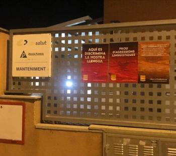 Acció de protesta per a reclamar l'atenció i la retolació en català als centres de salut de Mallorca