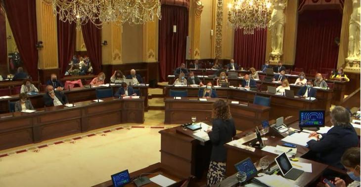 El Parlament reclama al Govern espanyol garantir els drets lingüístics als espais públics gestionats per l'Estat